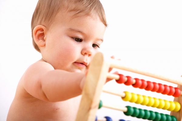 що вміє дитинв в 9 місяців